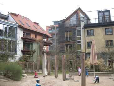 Eco-quartier de Tübingen (All): Espace partagé de jeux pour enfants : pour la crèche en journée puis en accès libre pour les familles