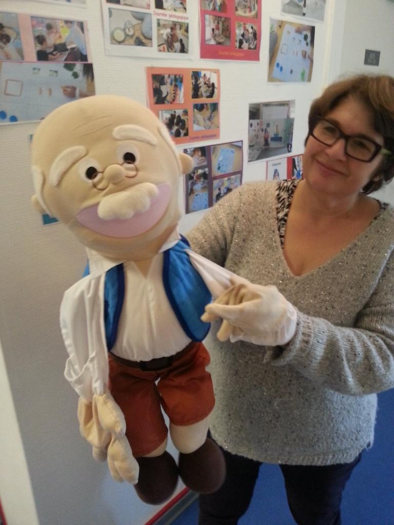 Mme Lanoe encompagnie de la mascotte de la crèche