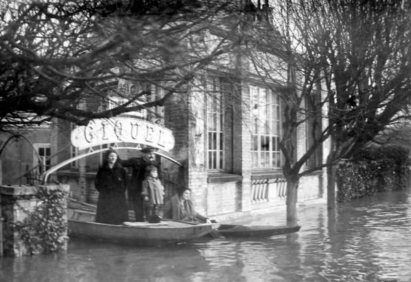 Inondations de 1924. En barque, Marie-Ange Arribard, Jean Arribard  (charpentier), et Henri Arribard (enfant)
